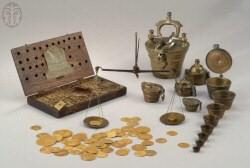 מטבעות זהב מימי-הביניים ואביזרים לשקילתם: קופסת עץ למאזניים ולמשקולות, נירנברג, 1895, הקופסה נושאת את שם הסוחר, יוהן פרידריך מאייר; משקולת ברונזה דמויות גביעים, נירנברג, המאות ה-16-18; מטבעות זהב אירופיים שונים, המאות ה-16-19
